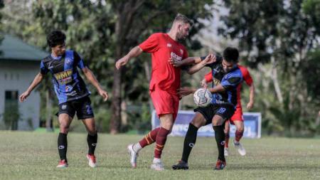 Aksi legiun asing PSM Makassar, Wiljan Pluim, saat melakoni uji coba pramusim BRI Liga 1 2021/22. - INDOSPORT