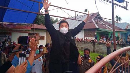 Apriyani Rahayu, saat menyambut warga Kelurahan Lawulo, Kecamatan Anggaberi, Kabupaten Konawe, Jumat (27/8/2021). - INDOSPORT