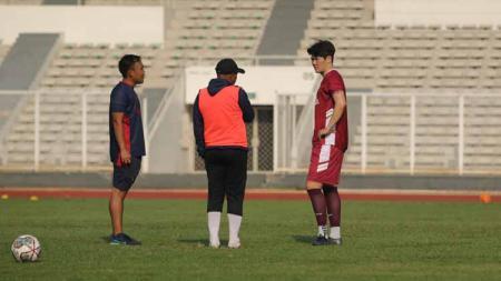 Rahmad Darmawan saat berbicara dengan pemain Korea Selatan, Kim Jin-Sung di sela-sela latihan timnya jelang Liga 1. - INDOSPORT