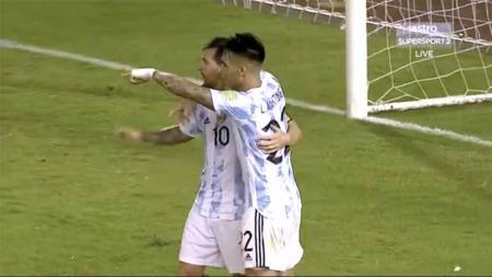 Selebrasi pemain Argentina Lautaro Martinez dengan Lionel messi usai mencetak gol ke gawang Venezuela, Kualifikasi Amerika Selatan, Qatar 2022. - INDOSPORT