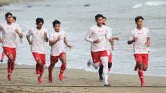 Indosport - Para pemain Persik digenjot dalam latihan fisik selama 3 hari di Pantai Prigi Tranggalek.