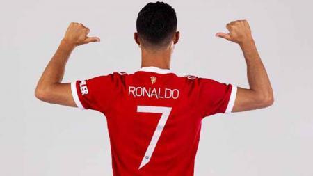 Cristiano Ronaldo kedapatan mengirimkan pesan untuk Edinson Cavani usai 'merebut' nomor punggung 7 Manchester United dari dirinya. - INDOSPORT