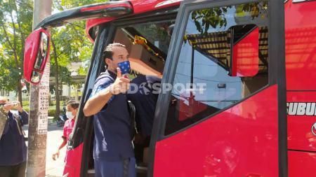 Pemain Persib, Ezra Walian dilaporkan mengalami sedikit cedera dibagian bahu saat menghadapi Bali United di Liga 1. - INDOSPORT