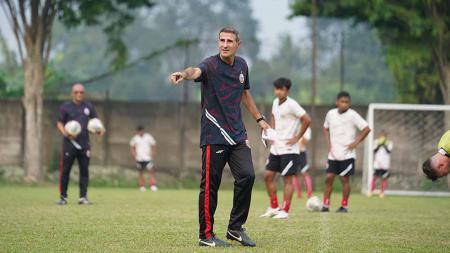 Pelatih Persija Angelo Alessio akhirnya tiba di Indonesia dan langsung memimpin latihan Persija jelang laga Liga 1 melawan PSS Sleman di POR Sawangan, Jumat (03/09/21). - INDOSPORT
