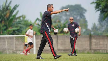 Pelatih Persija Angelo Alessio akhirnya tiba di Indonesia dan langsung memimpin latihan Persija jelang laga Liga 1 melawan PSS Sleman di POR Sawangan, Jumat (03/09/21).