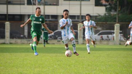 Klub Liga 3 Sumut, YOB Belawan (baju putih) saat melakoni laga uji coba kontra PSMS Medan, Jumat (03/09/21). - INDOSPORT