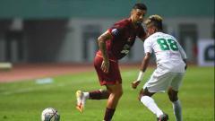 Indosport - Jonathan Bustos (Borneo FC) menunjukan skilnya dalam membagi bola