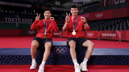 Wang Yilyu dan Huang Dongping, peraih medali emas Olimpiade Tokyo. - INDOSPORT