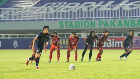 Arema FC saat mencetak gol lewat titik penalti ke gawang PSM Makassar pada laga Liga 1 di Stadion Pakansari, Minggu (05/09/21). - INDOSPORT