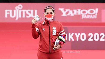 Peraih medali emas Oktila Leani Ratri dari Tim Indonesia berpose di podium untuk Ganda Campuran Paralimpiade Tokyo 2020. - INDOSPORT