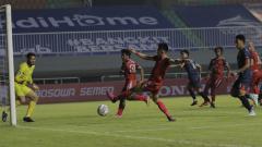Indosport - Laga Liga 1 antara PSM Makassar vs Arema FC di Stadion Pakansari, Minggu (05/09/21).