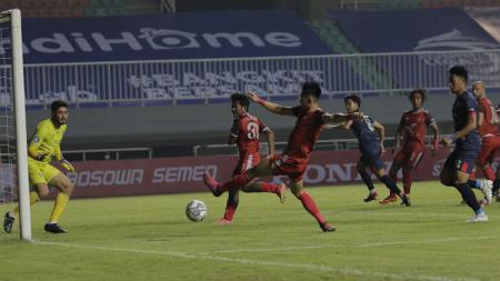 Gelandang PSM Makassar, Sutanto Tan, gagal memaksimalkan peluang di depan gawang Arema FC. - INDOSPORT
