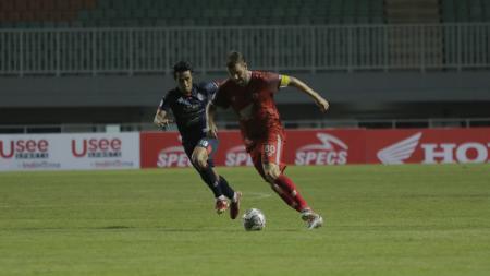 Aksi legiun asing PSM Makassar, Wiljan Pluim, saat menghadapi Arema FC di pekan pembuka BRI Liga 1 2021-2022. - INDOSPORT