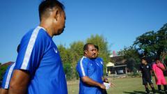 Indosport - Tim pelatih PSIS yang dipimpin Imran Nahumarury saat memimpin latihan pasca-menghadapi Persela.