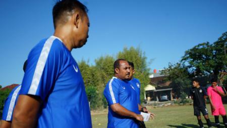 Tim pelatih PSIS yang dipimpin Imran Nahumarury saat memimpin latihan pasca-menghadapi Persela. - INDOSPORT