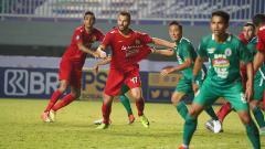 Indosport - Bek kanan Persija Jakarta, Marco Motta (tengah) menyadari bahwa konsentrasi lini belakang Persija masih kerap goyah di Liga 1.