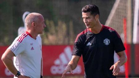 Cristiano Ronaldo dan Mike Phelan tengah berbincang dalam sesi latihan perdana bersama Man United - INDOSPORT