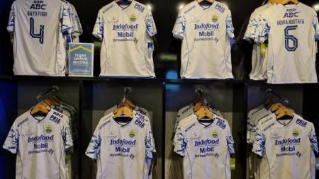 Persib Bandung meluncurkan jersey away yang kemungkinan besar bakal digunakan saat menghadapi Persita Tangerang di Liga 1, Sabtu (11/09/21). - INDOSPORT
