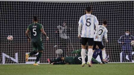 Pemain Argentina Lionel Messi, mencetak gol ke gawang Bolivia pertandingan kualifikasi Amerika Selatan Piala Dunia FIFA Qatar 2022. - INDOSPORT