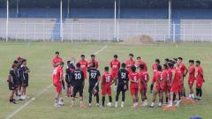 Indosport - Skuat PSM Makassar saat berlatih di Stadion Pajajaran, Bogor, untuk persiapan menghadapi Madura United di BRI Liga 1 2021/2022.