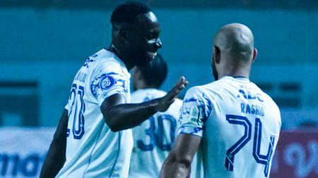 Gelandang asing Persib, Mohammad Rashid (kanan) usai mencetak gol ke gawang Persita di Stadion Wibawa Mukti, Sabtu (11/09/21). - INDOSPORT