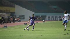 Indosport - Victor Igbonefo (kanan) pada laga Liga 1 antara Persita Tangerang vs Persib Bandung.