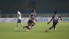 Indosport - Laga pertandingan antara Persita Tangerang vs Persib Bandung.