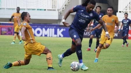 Laga Liga 1 antara Arema FC vs Bhayangkara FC di Stadion Pakansari, Cibinong, Minggu (12/09/21). - INDOSPORT