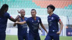 Indosport - Laga Liga 1 antara Arema FC vs Bhayangkara FC di Stadion Pakansari, Minggu (12/09/21).