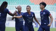Indosport - Aksi selebrasi pemain Arema FC usai Dendi Santoso cetak gol