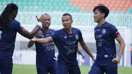 Aksi selebrasi pemain Arema FC usai Dendi Santoso cetak gol - INDOSPORT
