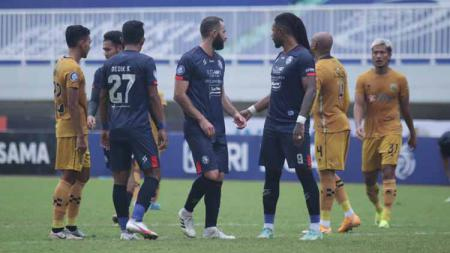 Situasi pertandingan Arema FC melawan Bhayangkara FC. - INDOSPORT