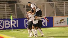 Indosport - Aksi selebrasi pemain Madura United usai Rafael Silva mencetak gol di Liga 1 2021.
