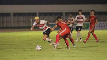Striker Madura United, Rafael Silva (kiri) mencetak 1 gol ke gawang PSM Makassar pada laga Liga 1 di Stadion Madya Senayan, Minggu (12/09/21). - INDOSPORT