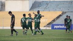 Indosport - PSPS Riau saat kalah dari PSMS Medan dalam laga uji coba.