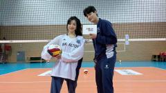 Indosport - Tiffany Young bermain voli bersama atlet voli yang tampil di Olimpiade.