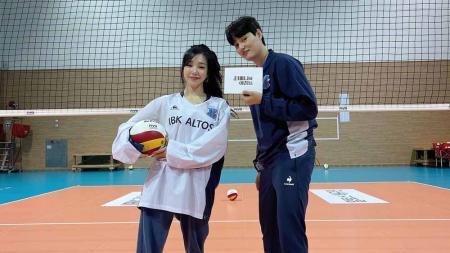 Tiffany Young bermain voli bersama atlet voli yang tampil di Olimpiade. - INDOSPORT