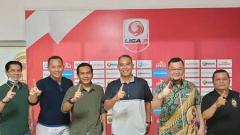 Indosport - Sriwijaya FC resmikan Hendriansyah (ketiga dari kiri ) sebagai manajer baru tim