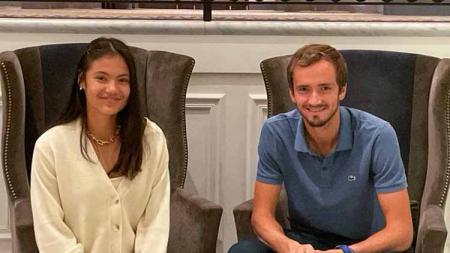 Juara Amerika Serikat Terbuka (US Open) 2021, Daniil Medvedev dan Emma Raducanu, memutuskan mundur dari keikutsertaannya di Piala Kremlin 2021. - INDOSPORT