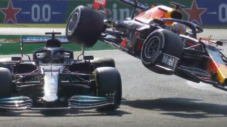 Lewis Hamilton dan Max Verstappen crash di F1 GP Italia. - INDOSPORT
