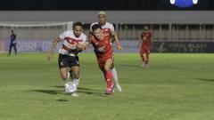 Indosport - Gelandang PSM Makassar, Sutanto Tan, berduel dengan pemain Madura United pada pekan kedua BRI Liga 1 2021/22.
