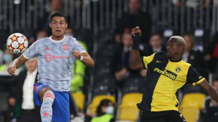 Cristiano Ronaldo dan Mohamed Ali Camara saling merebut bola - INDOSPORT