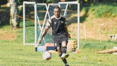 Indosport - Pemain baru Dewa United FC, Yustinus Pae