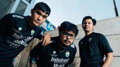 Indosport - Pemain Persib, Zalnando (kiri) menggunakan jersey ketiga Persib musim 2021-2022.