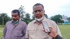 Indosport - Manajer PSMS Medan, Mulyadi Simatupang (kanan), didampingi Sekretaris klub PSMS, Julius Raja (kiri).