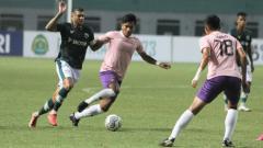 Indosport - Duel di pertandingan Liga 1 antara Tira-Persikabo vs Persik Kediri, Jumat (17/09/21).