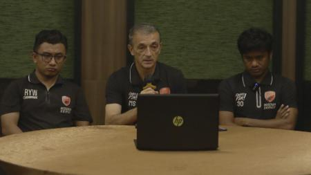 Pelatih PSM Makassar, Milomir Seslija (tengah), bersama Ilham Udin Armaiyn (kanan) dan Roy Wanson (kiri) saat pre match press conference vs Persebaya Surabaya. - INDOSPORT