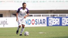 Indosport - Gelandang Persita Tangerang, Harrison Cardoso, dalam laga melawan Persela Lamongan.