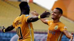 Indosport - Hasil Liga 1 Bhayangkara FC vs Madura United: aksi selebrasi Ezechiel N'Douassel dan Renan Silva.
