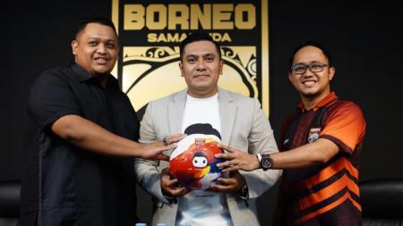 Tim Pesut Etam menandatangani kerja sama dengan sponsor baru, Mr. Cuanisasi. - INDOSPORT